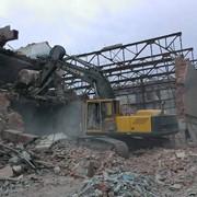 Снос зданий гусиничним экскаватором фото