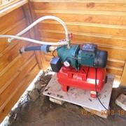 Установка станции автоматического водоснабжения в веранде дачного домика фото