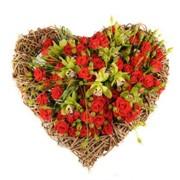 Композиции из живых цветов сердце фото
