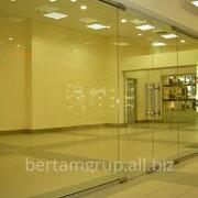 Цельностеклянные перегородки для офисов,магазинов, бутиков фото