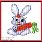 Зайчик с морковкой фото