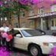 Прокат автомобиля с водителем по случаю торжественного события. фото
