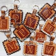 Кожаные брелки с буквами . фото