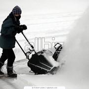 Уборка снега, скол сосулек, чистка снега и льда с крыш, чистка фасада от снега и льда, устранение обледенения поверхностей. фото