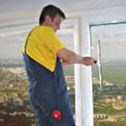 Мытье окон, витрин, стеклянных фасадов, рекламных щитов, вывесок фото