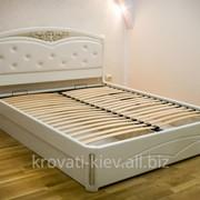 Белая двуспальная кровать из массива фото