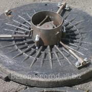 Замки для канализационных люков, люки с замком Безопасный город Kolodets+lyuk+zamok. Special Locks for Hatches of Wells – three beam фото