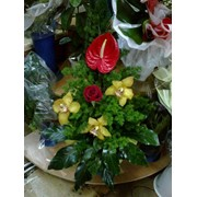 Букет цветов из антуриума и орхидей. фото
