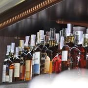 Мебель торговая. Торговое оборудование для винного отдела или магазина. фото