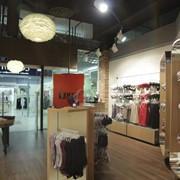 Мебель торговая для брендовых магазинов фото