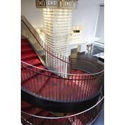 Лестница в декорировании кожаной плиткой Alphenberg, коллекции Tundra и Pampas фото