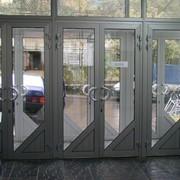 Конструкции из алюминия: входная группа, раздвижные двери и перегородки, распашные двери. фото