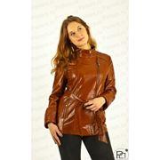 Удлиненная женская кожаная куртка коричневого цвета фото