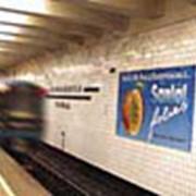 Реклама в метро: Щиты на стенах вдоль станционных платформ фото