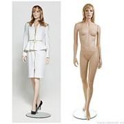 Манекен женский реалистичный телесный, с макияжем (парик отдельно), для одежды в полный рост, стоячий прямо с выставленной вперед левой ногой. фото