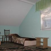 2, 3, 4 -х местный Люкс. Душ, туалет, умывальник в номере (холодная, горячая вода). Кондиционер, телевизор, холодильник в номере. Комфортабельная мебель, приятный дизайн. фото