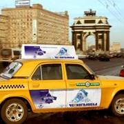 Реклама на бортах такси фото