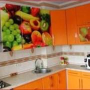 Кухня с ярким фотофасадом фото