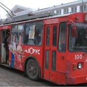 Реклама и информация на городском транспорте фото