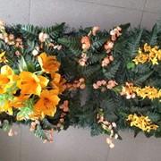 Коврик из искусственных цветов к памятнику фото