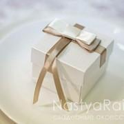 Бонбоньерка изготовлена из дизайнерской бумаги, оформлена атласной лентой с бантиком. Возможны разли фото