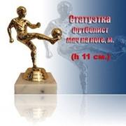 Фигурка пластиковая Футболист мяч на ноге м. фото