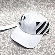 Кепка Off-white с принтами по бокам на ремешке белая фото