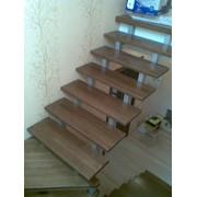 Установка деревянных ступеней, перил на сварной каркас лестницы фото