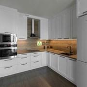 Кухня угловая с фасадами из массива ясеня фото