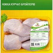 Окорока цыплят-бройлеров ТМ Гавриловские курчата. Продукция куриная охлажденная на подложке фото