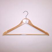 Вешалка плечики для трикотажа и верхней одежды деревянная с перекладиной и боковыми выемками. C30N1 фото