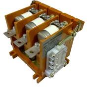 Контактор вакуумный низковольтный КВн 3-160/1,14-2,0. Вакуумные контакторы характеризуются небольшими габаритными размерами и малой массой. Ресурс работы в разы больше чем у аналогичного типа электромагнитных контакторов. фото