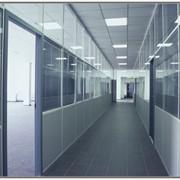 Монтаж в кратчайшие сроки цельно стеклянных перегородок для офисных и торговых помещений фото