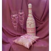 Декорирование шампанского, свадебных бокалов, свечей, сундучков для денег, подушечек для колец, подвязок, корзинок для лепестков роз, свадебного альбома, книги пожеланий, веера и зонтика для фотосессии фото