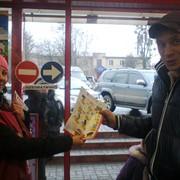 Вручение листовок на улицах города. фото
