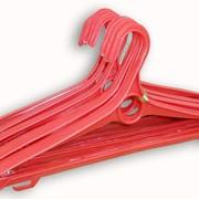 Пластиковые плечики красные фото