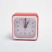 Настольный будильник Салют 6*6 см разные цвета фото