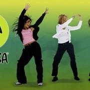 Zumba (Зумба) – это фитнес-программа, которая сочетает в себе аэробику и яркие движения танцев. фото