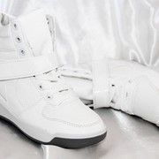 Белые сникерсы фото