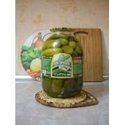 Огурчики маринованные зеленью в стеклянной банке, крышка СКО 3 л. фото