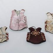 Брелоки сувенирные Жилетка ковбойская . Любые цвета. на задней части нанесен значек шерифа. фото