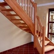 Изготовление и монтаж деревянных лестниц фото