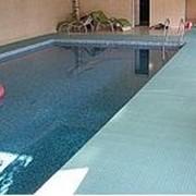 Противоскользящие покрытия для бассейнов фото