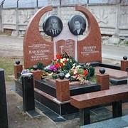 Мемориальный комплекс из коричневого гранита с фигурным памятником фото