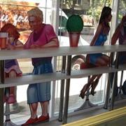 Услуги по рекламе продукта в магазинных витринах фото