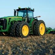 Обработка земли тракторами Джон Дир фото