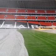 Защитно-утепляющее покрывало для газона открытых стадионов фото
