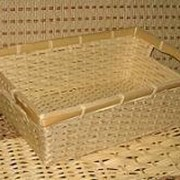 Корзинка для хлеба прямоугольная из бамбука с прорезанными ручками плотное плетение 30х20h10 фото