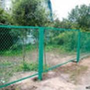 Заграждения с использованием сетки-рабицы. фото