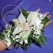 Браслет на руку из орхидеии белой фото